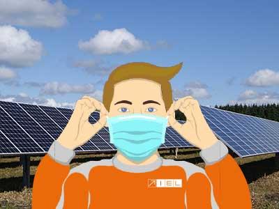 Personnage avec un masque de protection devant une centrale solaire
