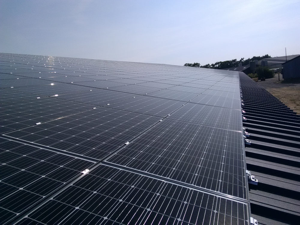 Gros plan sur les panneaux photovoltaïques installés sur un bâtiment solaire