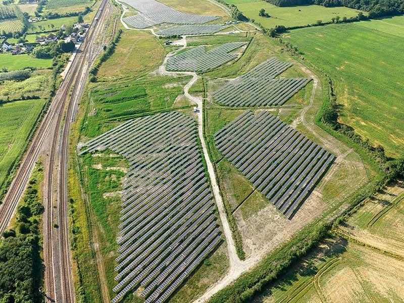 Centrale photovoltaïque vue du ciel en vue d'ensemble