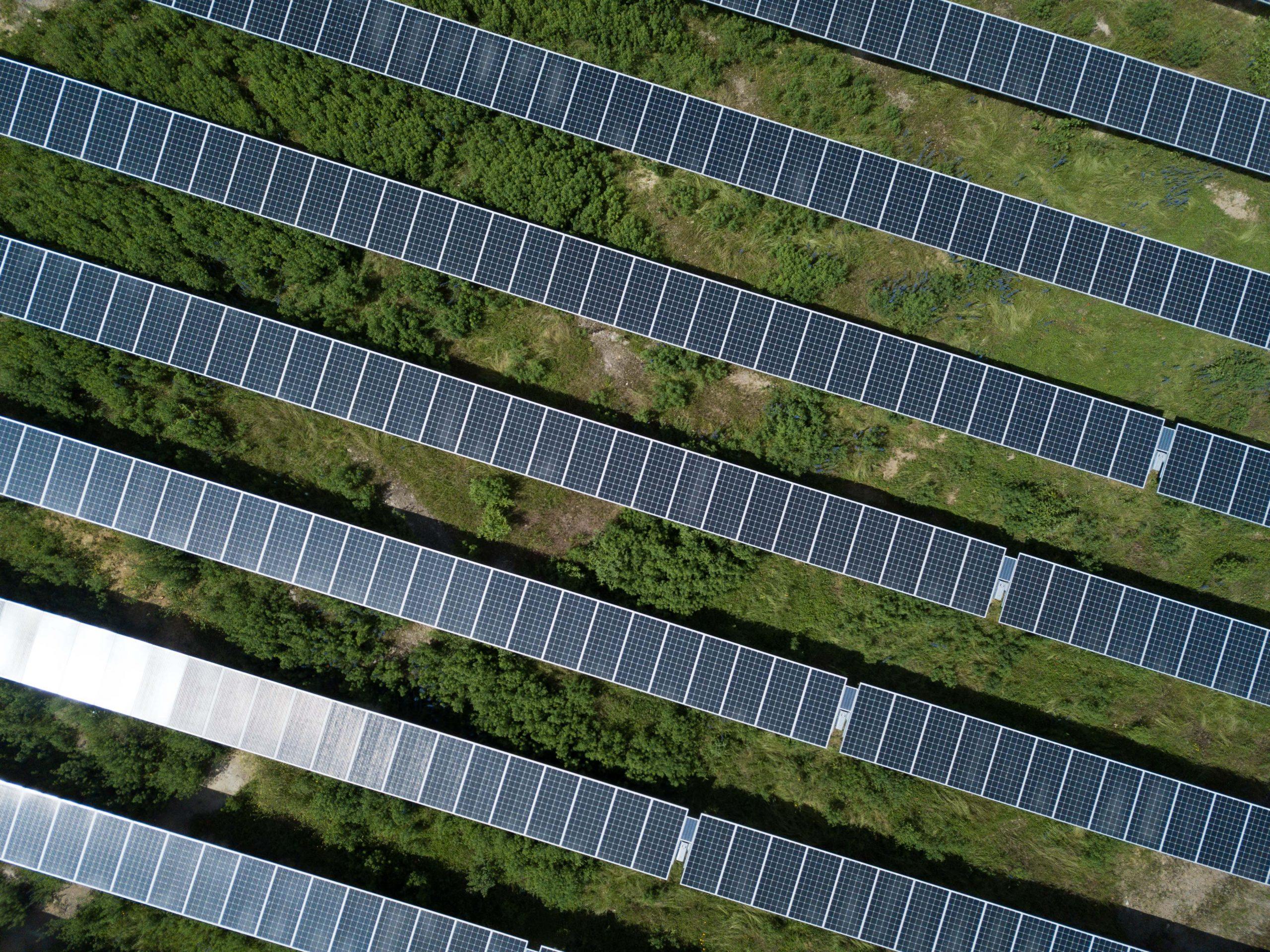 Installation solaire au sol vue du ciel en gros plan