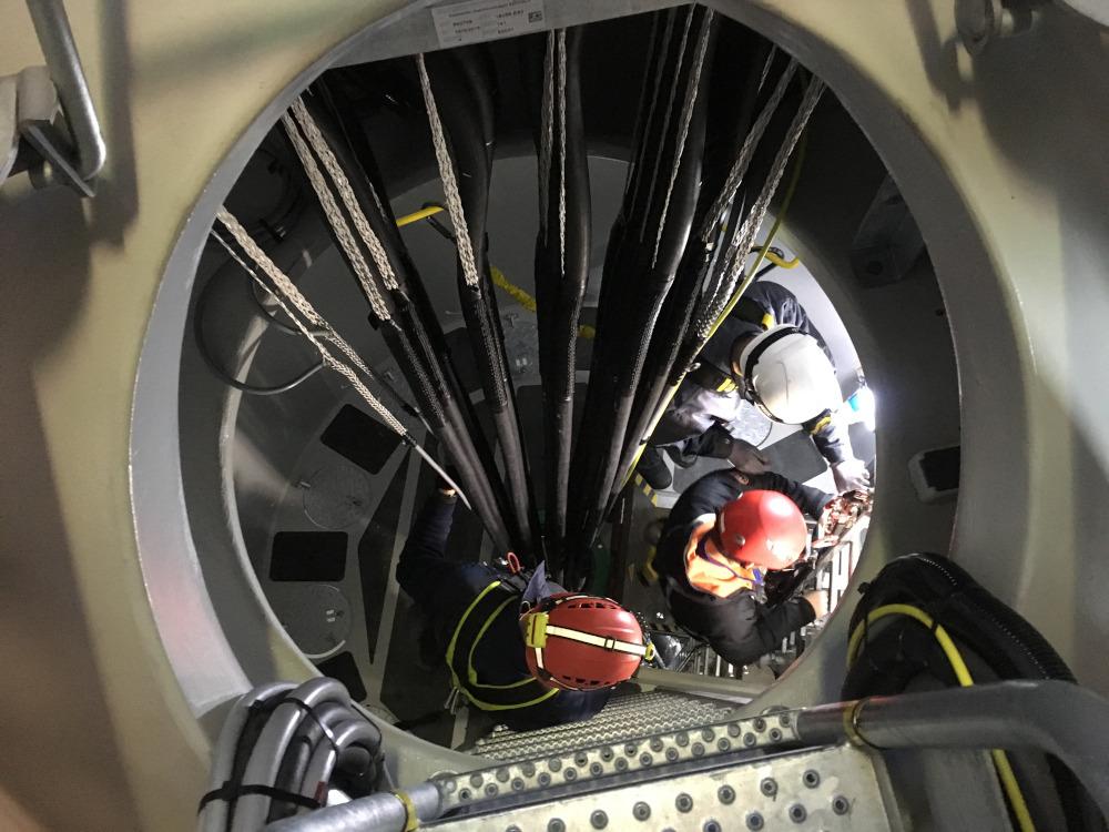 techniciens en action à l'intérieur d'une éolienne
