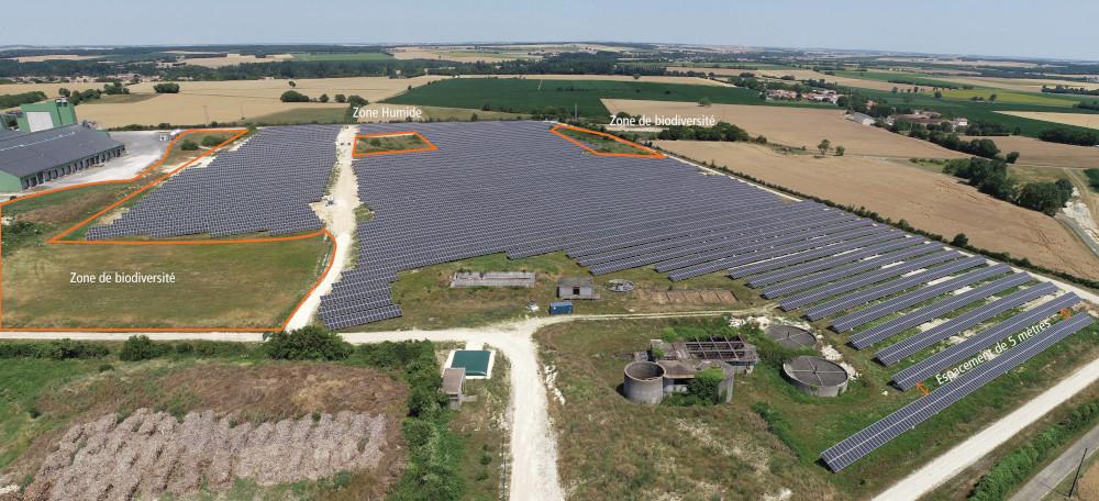installation photovoltaïque au sol comportant 2 zones de biodiversité et une zone humide